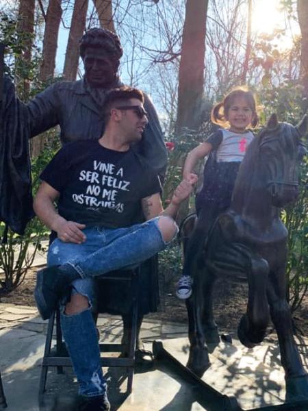 """Camiseta """"Vine a ser feliz, no me distraigas""""."""