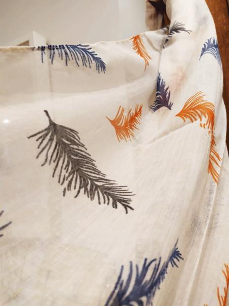 Pañuelo estampado de plumas