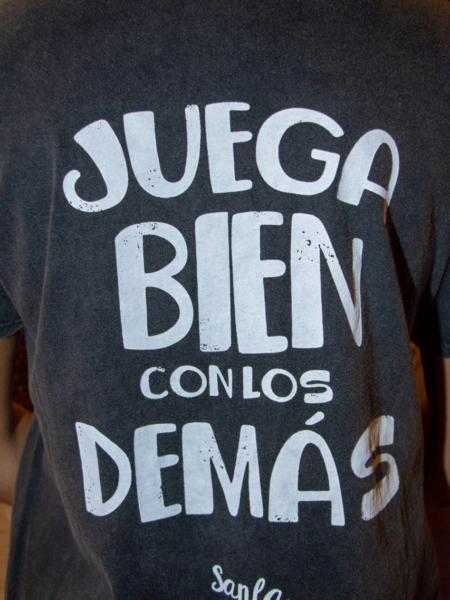 """Camiseta """"Juega bien con los demás"""""""